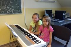 Uczymy się grać na pianinie